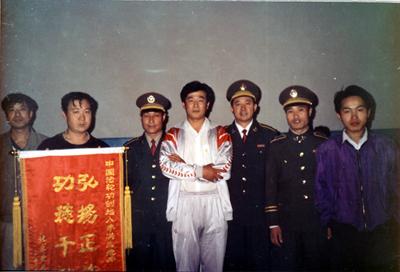 法輪功創始人(中)在北京傳法。因對祛病健身具奇效,且能提高社會的道德水平,1999年7月20日前法輪功在大陸獲得很多政府與民間組織的褒獎。(明慧網)