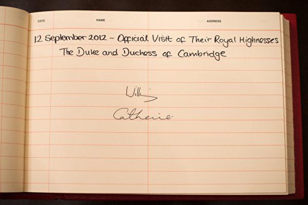 2012年9月11日,威廉夫妇的签名。(Nicolas ASFOURI/AFP)