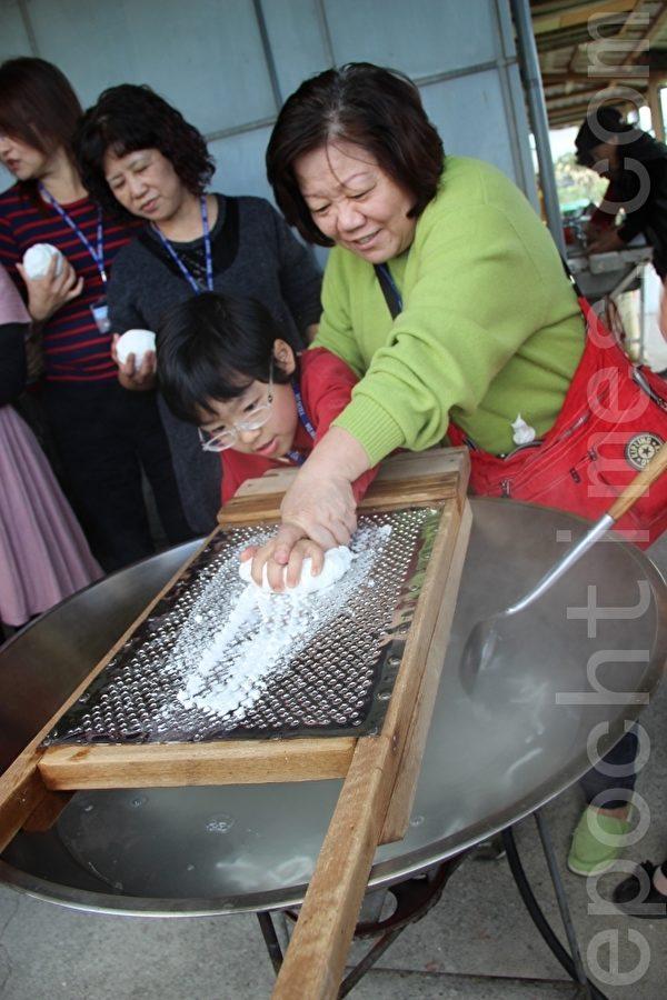 由米浆粉团过筛变成条状的米苔目,下面以沸水煮熟定型。(谢月琴/大纪元)