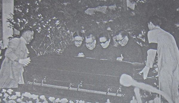 蒋中正总统逝世后,侍卫官郭斌伟(左一)与郑敦浦(右一)为总统盖棺,家属左起为:蒋孝武、蒋经国、蒋宋美龄、蒋纬国。(钟元翻摄/大纪元)