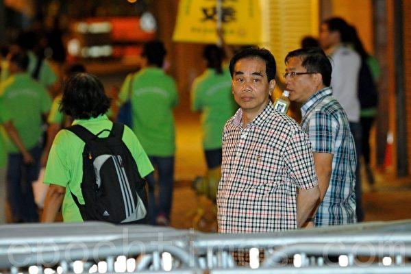 青关会头目之一,燕京啤酒香港有限公司董事总经理洪伟成(前排右,穿小格子恤衫者),在旁唆使手下暴徒冲击警察防线。(摄影:宋祥龙/大纪元)
