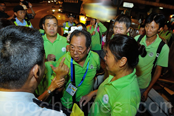 香港法轮功学员在7月20日在中联办前后举行反迫害14周年活动,青关会在场闹事与警察冲突。(摄影:宋祥龙/大纪元)