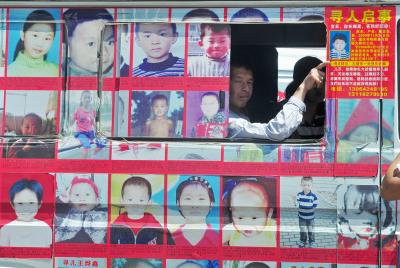 媒体报导中国大陆失踪儿童每年达20万人,平均每天大约有550名儿童失踪。图为寻找孩童的广告。(AFP)