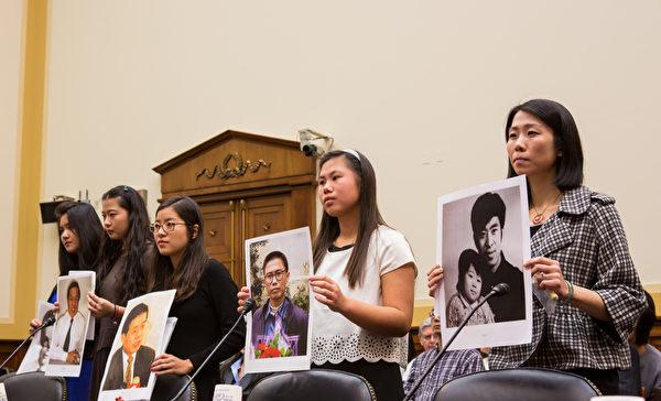 五位中国良心犯的女儿2013年12月5日在美国国会听证会上作证,呼吁立即释放她们遭中共当局非法监禁迫害的父亲。她们分别是(从右到左)法轮功学员王治文的女儿王晓丹、刘贤斌的女儿陈桥、王炳章的女儿王天安、著名人权律师高智晟的女儿耿格、良心犯彭明女儿彭佳音(李莎/大纪元)