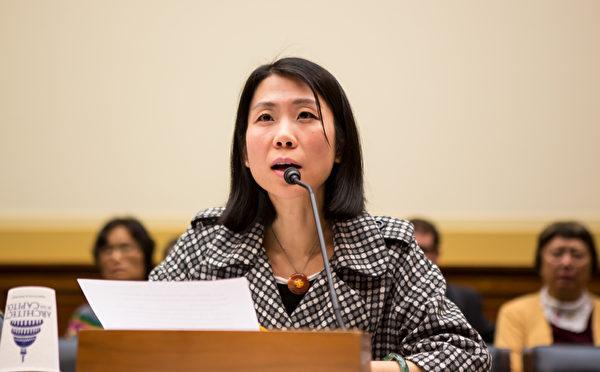 法轮功学员王治文的女儿王晓丹在美国会人权听证会上发言。(大纪元)