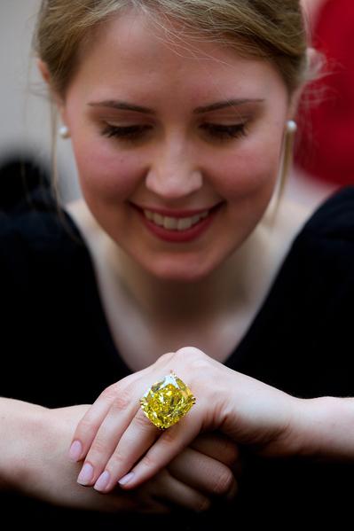 尽管投资钻石远比购买黄金复杂,但是顶级珠宝仍会随着时间不断增值。图中这颗100.09克拉的黄钻以约1,450万瑞士法郎(约1,630万美元)售出。(AFP)
