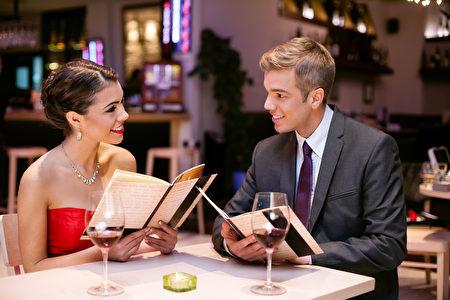 与朋友用餐,点餐时要先尊重朋友的意愿。(fotolia)