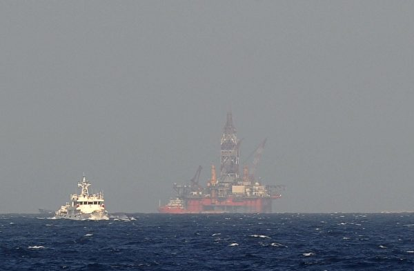 中海油旗下981钻井平台,7月16日突然结束在西沙群岛中建岛、中越争议水域的钻探作业,转至海南陵水外海。图为北京在南海争议水域,设置的钻油平台。(HOANG DINH NAM/AFP/Getty Images)