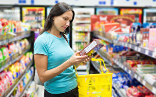 消费者购买有机产品时,应看看包装上的标签是否有标示有机认证。图为女子检查食品标签。(Fotolia)
