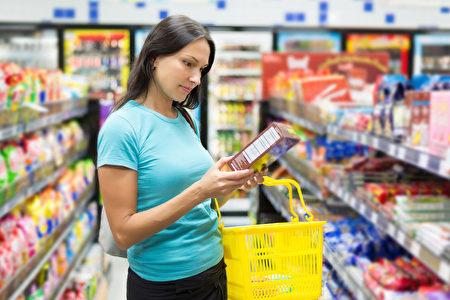 消費者購買有機產品時,應看看包裝上的標籤是否有標示有機認證。圖為女子檢查食品標籤。(Fotolia)