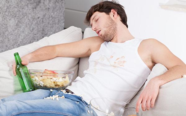 饮酒过量易形成酒精性脂肪肝。(fotolia)