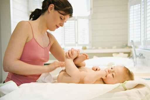 日本研究發現,幫新生兒擦潤膚乳,有望避免寶寶長大後出現濕疹和食物過敏情況。(Fotolia)