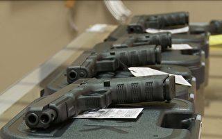圖:加州布朗州長9月30日簽署槍枝限制新法律,允許家庭成員向法官提出要求,對具威脅性的親戚解除其擁有的槍枝。圖為洛杉磯一家出售槍枝的商店。(張文剛/大紀元)