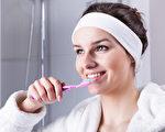 单用牙刷还不够 牙医们教你如何正确洁牙