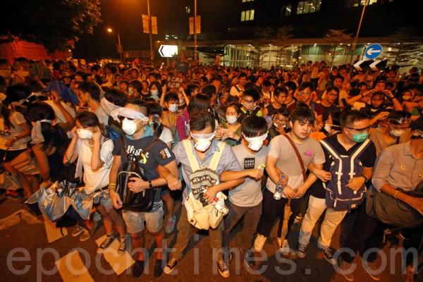 发起罢课的学联和学民思潮26日晚冲入占领政府总部前的公民广场,警方出动大批警力和学生发生冲突。(潘在殊/大纪元)
