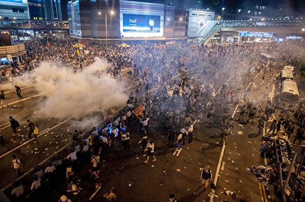 2014年9月28日,香港政府总部附近,警察施放催泪瓦斯驱散进行民主示威活动的人群。(Anthony Kwan/Getty Images)