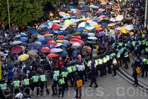 面对香港特首梁振英当局出动防暴警察镇压占中,29日数以万计的市民在政府总部旁无惧胡椒喷雾和催泪弹,和平理性的要求特首梁振英下台,誓争真正的普选。(潘在殊/大纪元)