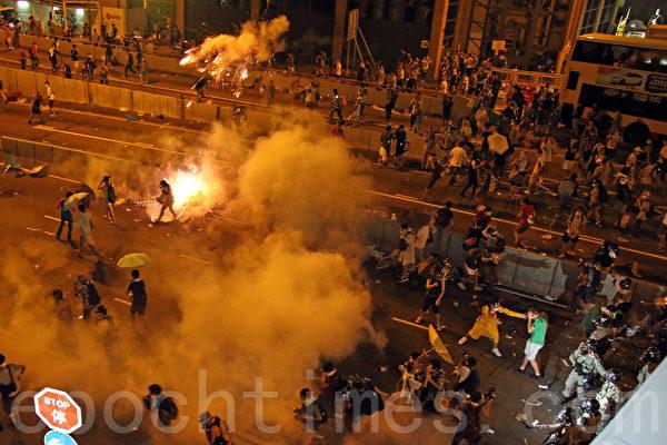 江泽民集团正制造并利用香港危局,使用共产党组织中将维持中共政权是压倒一切的原则,试图借此夺回中共最高权力,以挽回因失去薄熙来和周永康后带来的颓势。图为2014年9月28日,香港警方施放催泪弹后,民众纷纷走避。(潘在殊/大纪元)