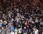 面對港府出動防暴警察鎮壓學生,9月30日,數以萬計的香港市民在政府總部旁無懼胡椒噴霧和催淚彈,和平理性的要求梁振英下台,誓爭真正的普選。(蔡雯文/大紀元)