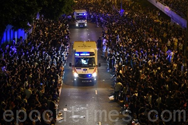"""9月30日晚上香港金钟的""""太阳伞运动""""集会现场,每当有救护车经过,市民都会自动让出一条整齐的通道,让车辆通行无阻,秩序井然,场面感人。(文翰林/大纪元)"""