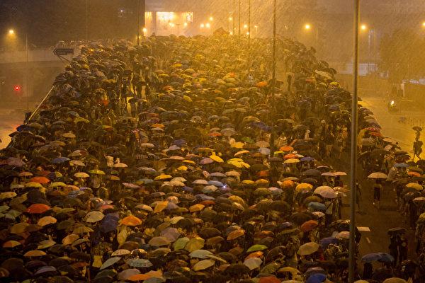 2014年9月30日,香港,晚间一度雷雨交加,但滂沱大雨没有击退群众。(Chris McGrath/Getty Images)
