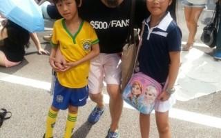 """香港室内设计师陈先生与太太10月1日特地带着两个子女到金钟参加""""太阳伞运动""""集会。(王文君/大纪元)"""