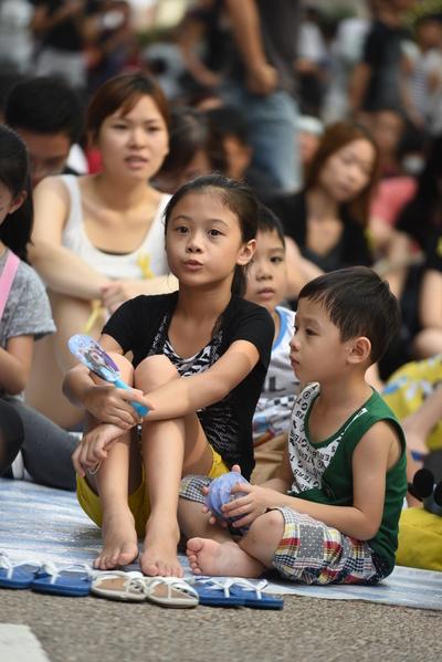 10月1日,香港旺角,父母带子女参与公民抗命运动。(文瀚林/大纪元)