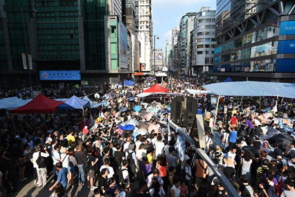 2014年10月1日,香港民众自发在旺角占据马路进行公民抗命。(文瀚林/大纪元)