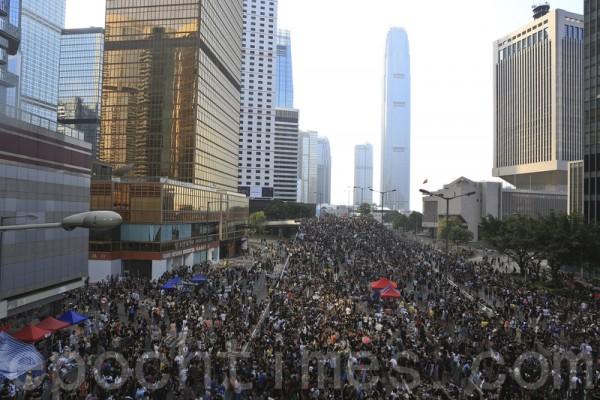 10月1日太陽傘運動第四日,市民紛紛自發來到金鐘政府總部聲援留守的學生,並留言要求梁振英下台,而太陽傘的標誌隨處可見。(余鋼/大紀元)