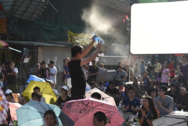 10月1日,香港旺角,午後天氣炎熱,大會人員為現場市民噴水降溫。(文瀚林/大紀元)