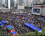10月1日雨傘革命的第四日,下午市民紛紛自發來到金鐘政府總部聲援留守的學生,並留言要求梁振英下台。(浦慧恩/大紀元)