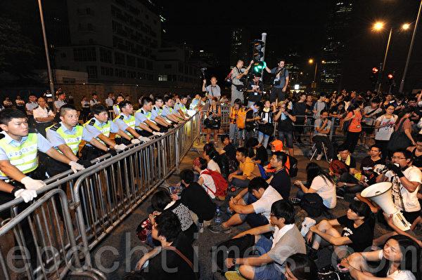 对民主的诉求一再被无视,大量香港市民集结到特首办外,准备占领特首办、堵截特首梁振英。(孙青天/大纪元)