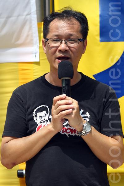 香港法轮功学员10月1日举行国殇日集会游行,香港支联会副主席蔡耀昌在发言。(潘在殊/大纪元)