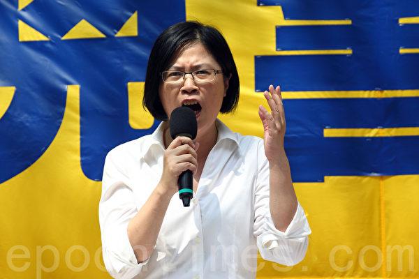 香港法轮功学员10月1日举行国殇日集会游行,台湾法轮功人权律师团发言人朱婉琪在发言。(潘在殊/大纪元)