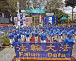香港法轮功学员10月1日举行国殇日集会游行,天国乐团在集会前表演。(潘在殊/大纪元)