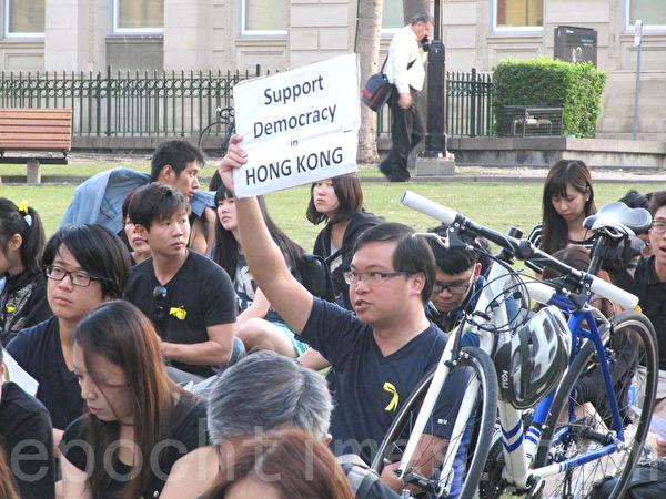集会中港民打着各种标语,要求香港真民主。(泰瑞/大纪元)