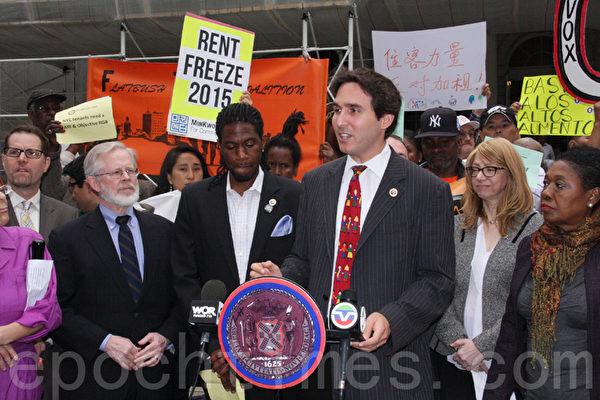 市议员卡罗斯(Ben Carlos)在集会上发言,呼吁2015年冻结租金。(任倩雪/大纪元)