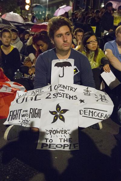 """英国伦敦民众表达支持香港的""""雨伞革命""""。(大纪元)"""