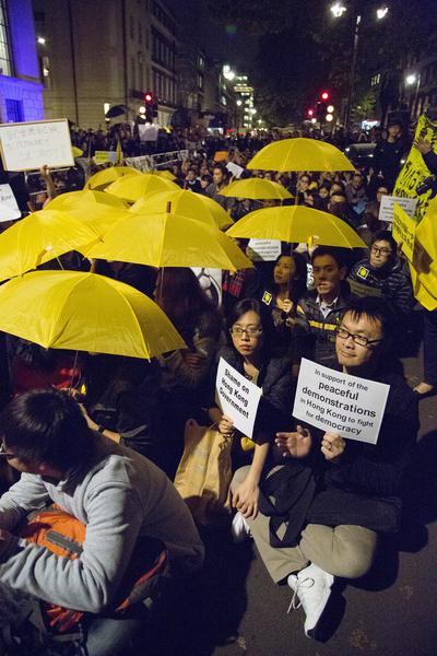 """英国伦敦民众表达支持香港的""""雨伞运动""""。(大纪元)"""