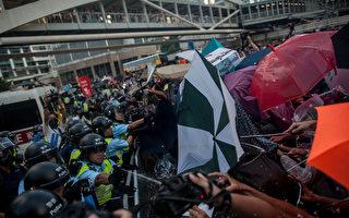 2014年9月28日,香港,民众用伞抵挡警方的喷雾。(Anthony Kwan/Getty Images)
