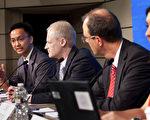 IMF表示,现在是加强基础设施建设投资的时候。图为2011年9月14日,IMF在华盛顿特区总部举行记者会,图左为阿比阿德。(STEPHEN JAFFE/IMF/AFP)