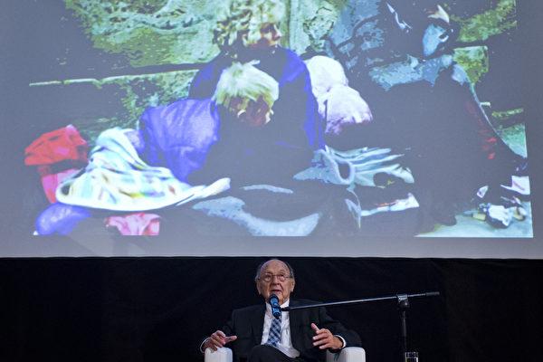 2014年9月30日,紀念數以千計的東德難民通過西德駐布拉格使館奔向西方自由世界25週年。圖為德國前外長漢斯-迪特里希‧根舍在播放歷史鏡頭回放上發言。(Matej Divizna/Getty Images)
