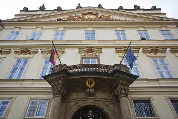 2014年9月30日,紀念數以千計的東德難民通過西德駐布拉格使館奔向西方自由世界25週年。圖為西德駐布拉格使館。(Matej Divizna/Getty Images)