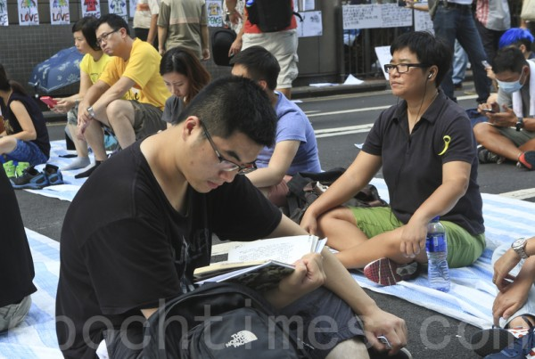 「雨傘革命」的參與者,要求梁振英下台,爭取真普選。圖為10月2日,堅持留守旺角的學生正在溫書自習。(余鋼/大紀元)