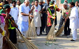 印度總理莫迪(左4)2日帶頭在新德里貧民區掃街,並發起「清潔印度活動」。(AFP)