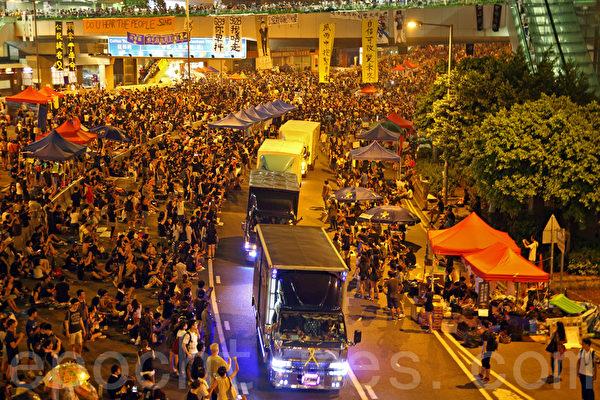 10月2日,物資車輛穿越金鐘佔領區,受到示威者鼓掌歡迎。(潘在殊/大紀元)