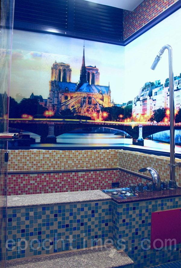 立体艺术景观玻璃陪衬下,知本城大浴池中SPA泡温泉,舒畅疲惫身心。(赖友容/大纪元)