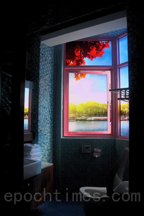 晨光透过艺术玻璃景观映入知本城卫间,宛如置身于湖畔。(赖友容/大纪元)
