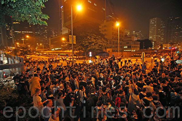 10月2日晚上,学联要求特首梁振英下台限期届满前,大批学生和民众在香港特首办外集会。(潘在殊/大纪元)