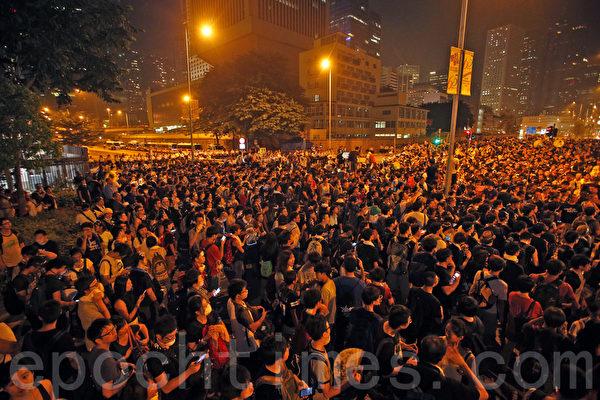 10月2日晚上,學聯要求特首梁振英下台限期屆滿前,大批學生和民眾在香港特首辦外集會。(潘在殊/大紀元)